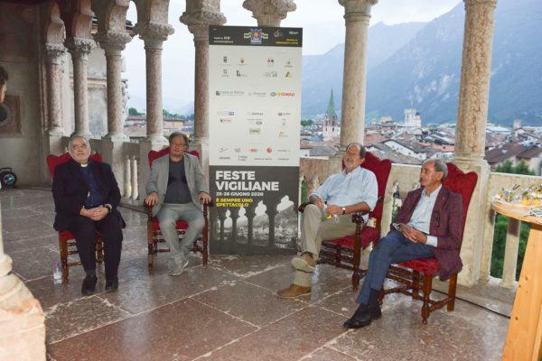 Signori seduti nella loggia del Castello del Buonconsiglio