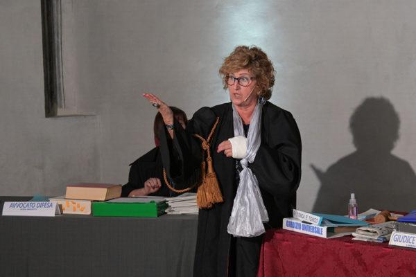 Donna giudice indica con la mano