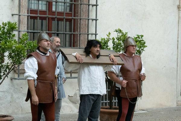 Un uomo messo alla gogna da tre carcerieri