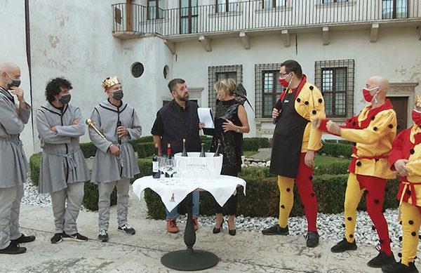 Uomini mascherati nel cortile di un castello