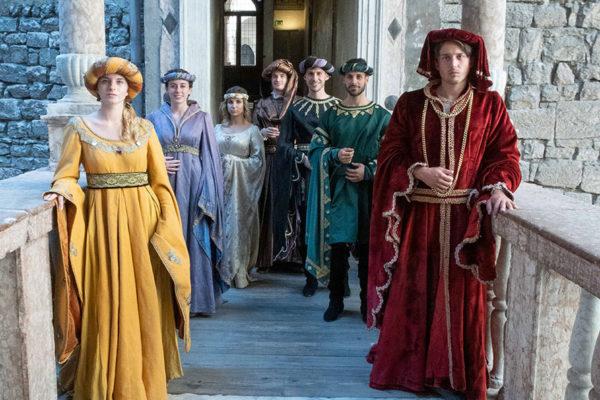 Personaggi con costumi medievali in un castello