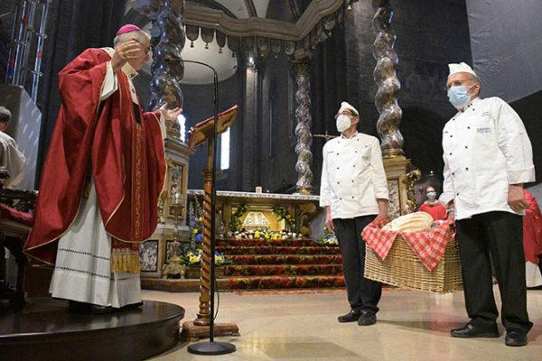 Paniettieri portano del pane ad vescovo che celebra messa