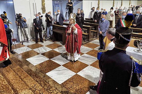 Vescovo che avanza in chiesa verso l'altare