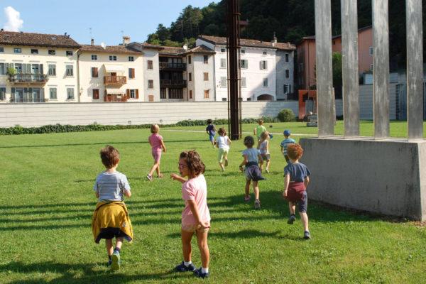 Bambini che giocano sul terrazzo del Mart di Rovereto