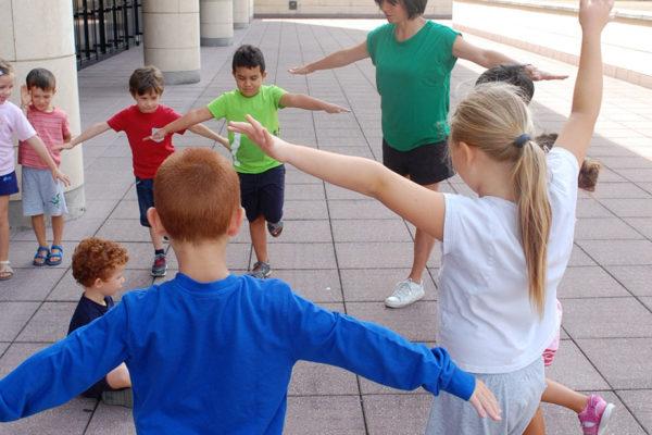 Bambini in cerchio che giocano al Mart di Rovereto
