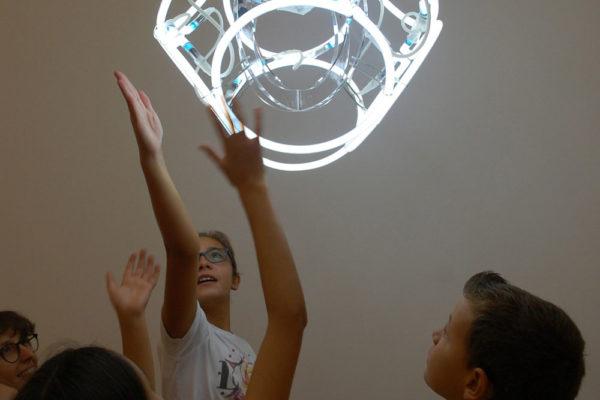 Bambini di fronte ad un'opera d'arte moderna al Mart di Rovereto